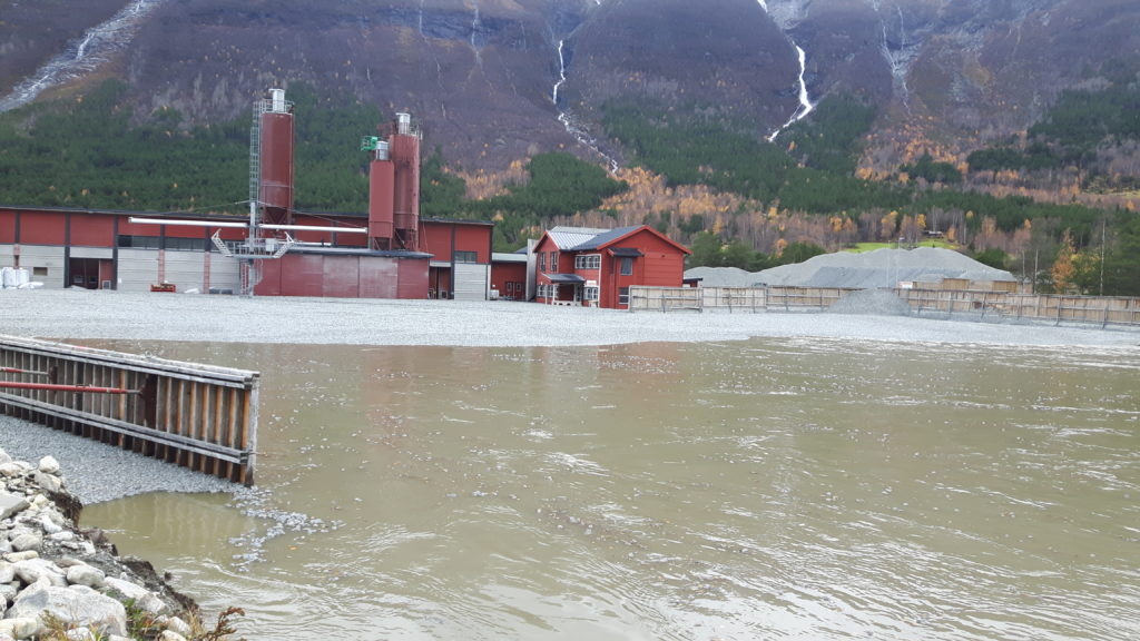 Flommen har tatt med seg over 20 000 kubikkmeter Glasopor fra fabrikken på Skjåk. Glasopor er fremstilt av rent returglass og materialet vil ikke føre til fare for forurensing i vann eller til grunnen.