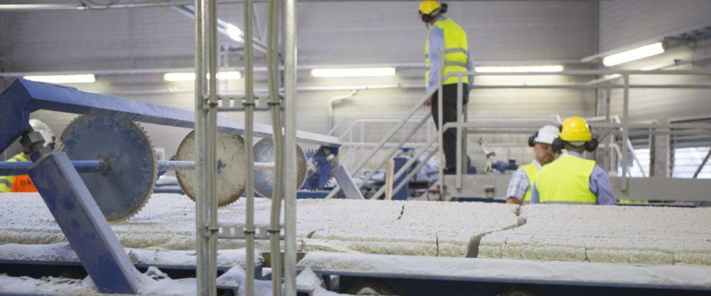 – Vi har økt produksjonen hvert eneste år, sier fabrikksjefen ved Glasopor. Anlegget står aldri stille og har en driftstid på nesten 96 prosent.