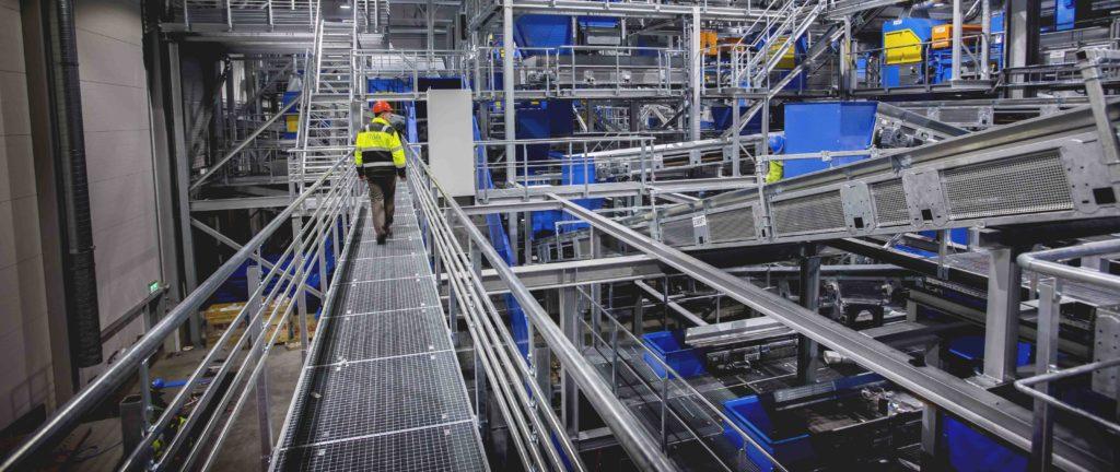 – Det er helt essensielt at du sorterer ut glass fra avfallet, forklarer markedssjefen til Europas mest moderne sorteringsanlegg.