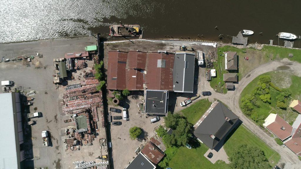 Oversiktsbilde over gårdsplass, bygningsmasse og kaifront under restaurering