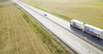 Frostsikring er helt avgjørende for gode veier. Glasopor tok med seg to «politikere» på kjøretur for å vise at det rister godt på veier med telehiv.