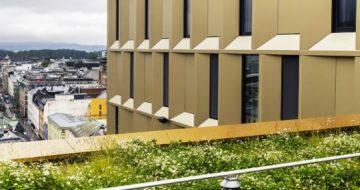På toppen av prakthotellet Clarion Hotel The Hub, midt i Oslo sentrum, ligger et skjult grønt tak på 200 kvadratmeter. Glasopor er en viktig brikke.