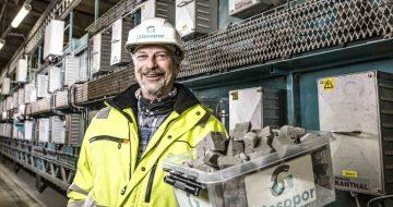 Ingeniører har reist helt fra Australia til Skjåk for å lære hvordan de kan produsere skumglass av nedknust resirkulert glass.