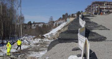 Viktig vei i Langhus er bygget på en 10 meter høy Glasopor-vegg. –Har aldri sett noe slikt i Norge, sier byggelederen for det kompliserte vei-prosjektet.